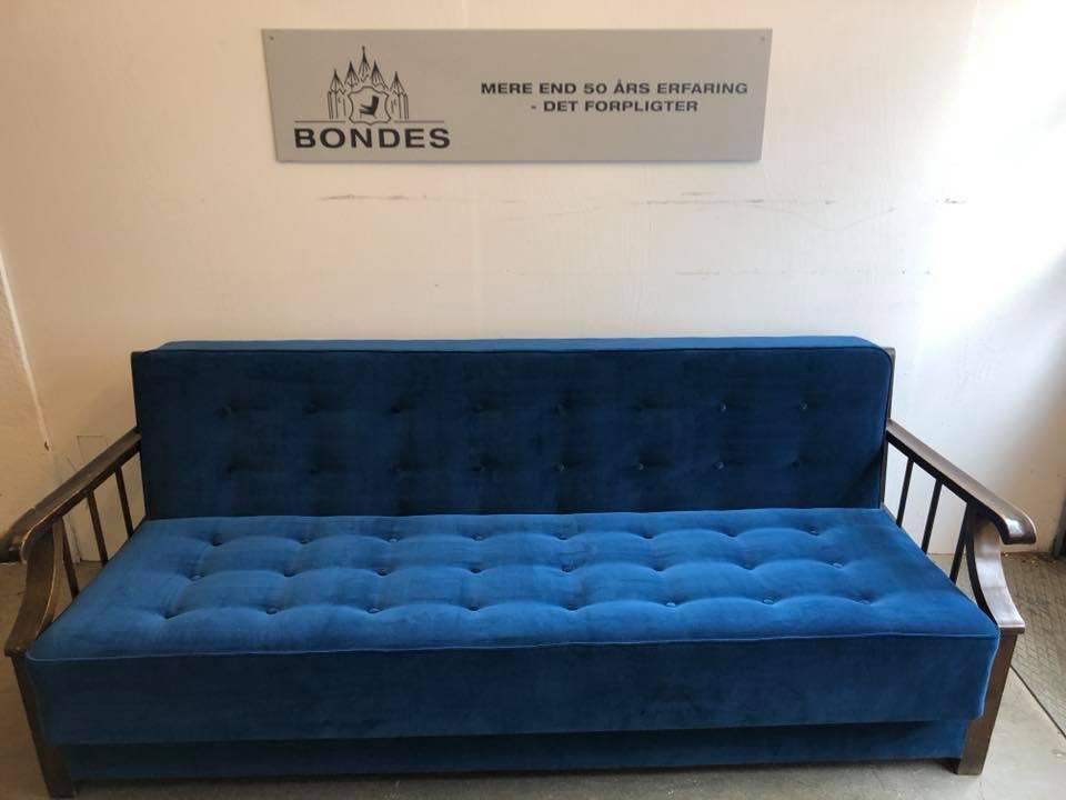 Antik sofa ombetrukket med blåt stof