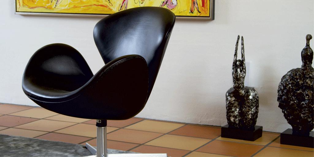 Svanestol i sort læder i hjem