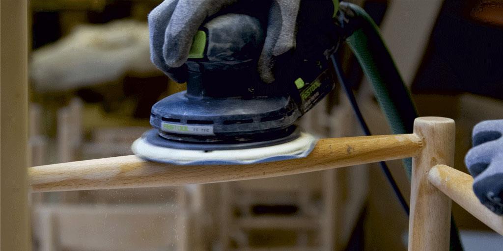 Renovering af designermøbler slibning